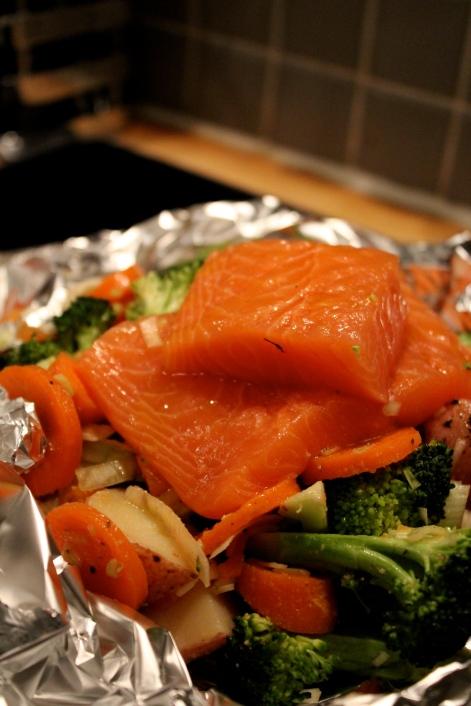 Så enkelt kan det gjøres! Hakk diverse grønnsaker, en laksefile, smør og litt salt/pepper. Voila!
