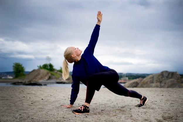 25.05 2015 Oslo Hedvig Bang viser 5 tøyeøvelser som gør dig til en bedre løper på Huk stranden. Foto: Mikaela Berg